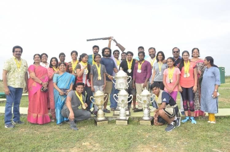 துப்பாக்கி சுடுதல் போட்டியில் ஆர்வம் காட்டும் குடும்பத்தினர்