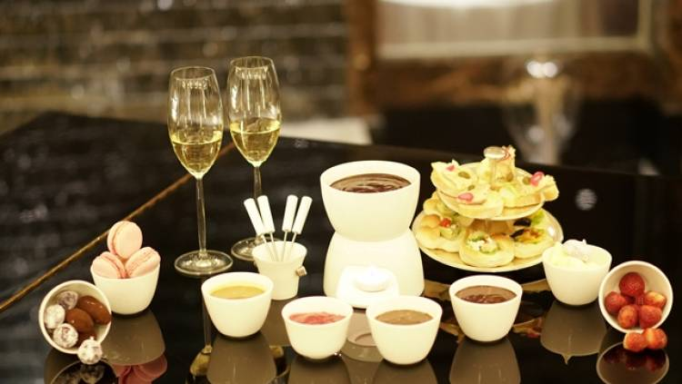 Rejoice in an Indulgent Chocolate Fondue Feast!