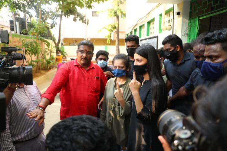 Makkal Needhi Maiam chief @ikamalhaasan, Actress @shrutihaasan and Actress @Iaksharahaasan casted their vote at Chennai High School, Teynampet in #Chennai.
