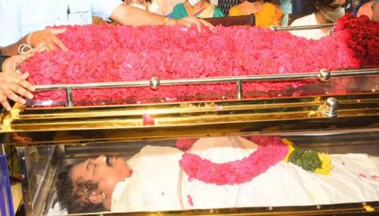 மறைந்த நடிகர் விவேக் உடலுக்கு தமிழக அரசு காவல்துறை மரியாதையுடன் அடக்கம்