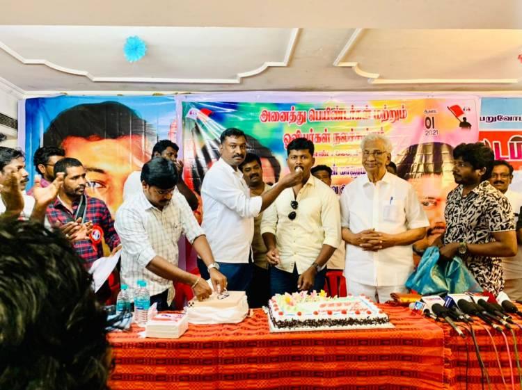 """"""" அருவா சண்ட""""  படத்தின் தயாரிப்பாளரும், கதாநாயகனுமான v.ராஜா இன்று தனது பிறந்த நாளை அனைத்து பெயிண்டர்கள் மற்றும் ஓவியர்கள் நலச்சங்க நிர்வாகிகளுடன் கொண்டாடினார்."""